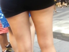 Secretly filming chick's hot legs