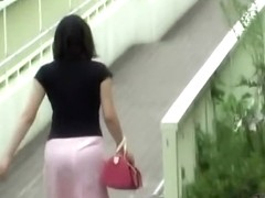 Hot Asian babe loses her skirt during a street sharking.