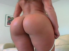 Stunning Naomi teases with her perfect oiled ass