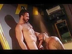 Camarero folla a ejecutivo en su bar