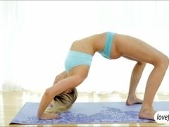 Flexible babe Mia Malkova erotic fuck