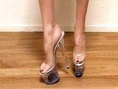 walking in high heel clear platform caminando con sus sexys tacones