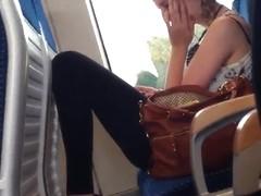 Blondes Girl mit schoener Figur und tollen Beinen