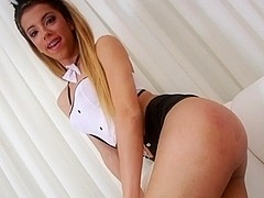 Slender body TS Isabelly Marquesine jerks her cock until she cums