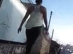 Musa morena desfilando na rua
