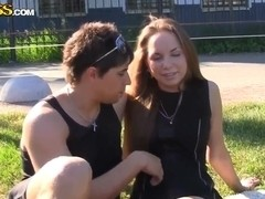 Fellow seduces amateur girl to fuck in a park